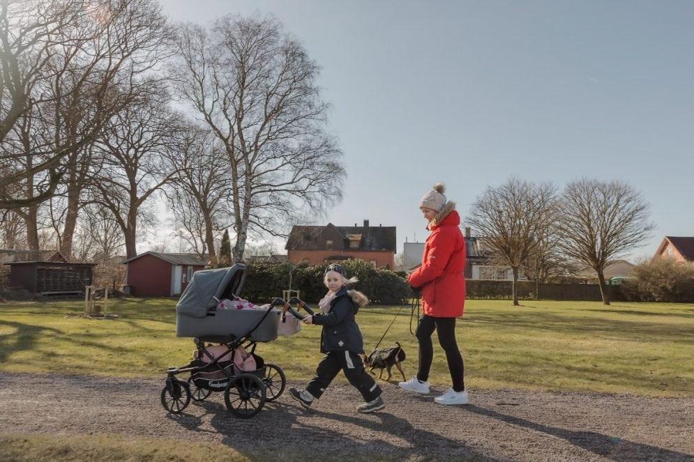 Belle Friberg går med sin syster Clara Kristensson i vagnen. Sofia Friberg har i slutet av februari 2021 blivit tvåbarnsmamma. I projektet Stora lillasyster har omställningen som sker när familjen blir större följts och dokumenterats.